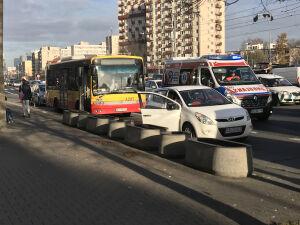 Autobus gwałtownie hamował, cztery osoby poturbowane