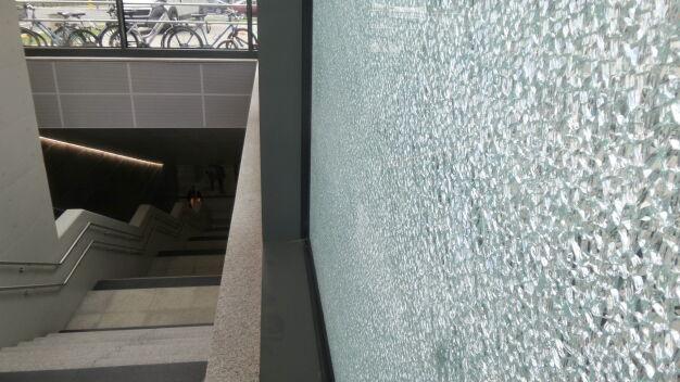 Rozbita szyba na nowej stacji metra