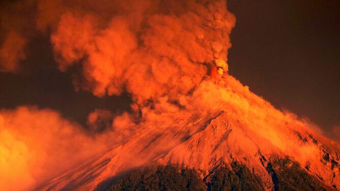Wulkan Ognia pluje lawą i gorącym powietrzem. Tysiące ewakuowanych