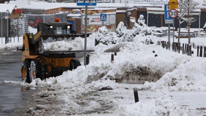 """Strażacy pracują w pocie czoła. """"Zima"""" dotkliwa zwłaszcza w Małopolsce"""