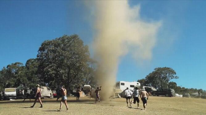 W Australii utworzył się wir pyłowy. <br />Ludzie tańczyli w centrum leja