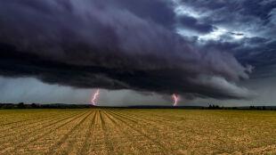 Przybywa ostrzeżeń przed burzami, lokalnie może padać grad
